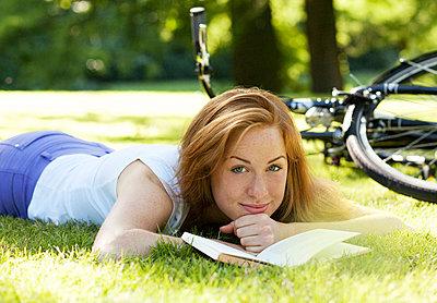 Junge Frau im Park - p341m946305 von Mikesch