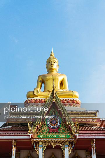Tempel mit Buddha Statue, Wat Lamduan - p728m1124412 von Peter Nitsch