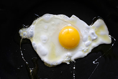 Fried egg on black background - p300m1450286 by Hanka Steidle