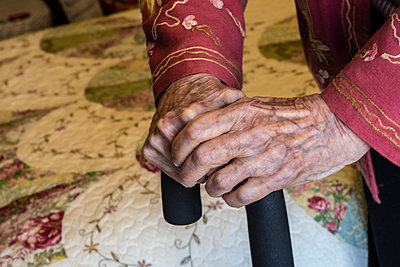Senior woman's hands holding on to a cane; Olympia, Washington, United States of America - p442m2074090 by Doug Ogden