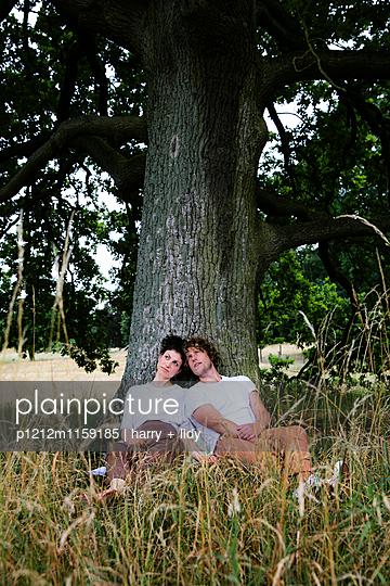 Junges Paar unter dem Baum - p1212m1159185 von harry + lidy