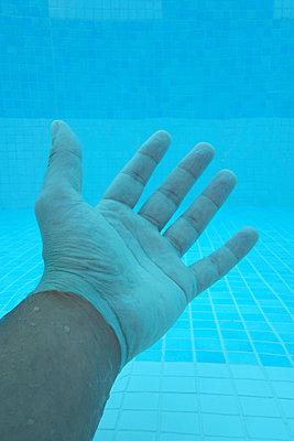 Hand unter Wasser - p1189m1219032 von Adnan Arnaout
