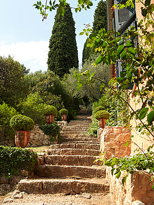 Stone steps in front of residential building in Mediterranean style - p1499m2038658 by Marion Barat