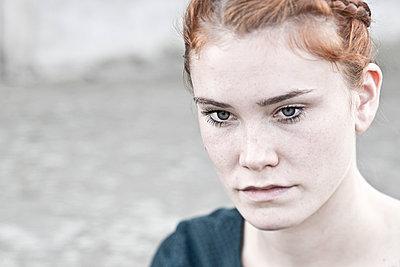 Junge Frau mit roten Haaren - p342m1003354 von Thorsten Marquardt