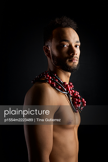 Bare-chested man with necklace, portrait - p1554m2223489 by Tina Gutierrez