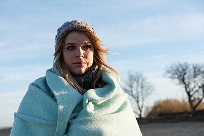 Frau in Winterlandschaft - p1066m1217436 von Ulrike Schacht