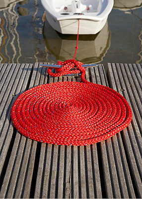 Red rope - p4640021 by Elektrons 08