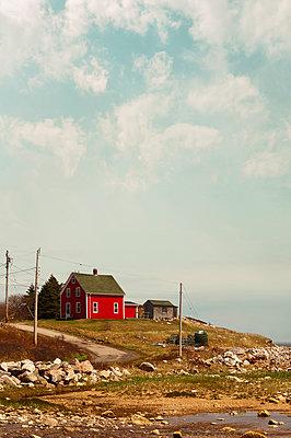 Rotes Holzhaus in Kanada - p470m1223710 von Ingrid Michel