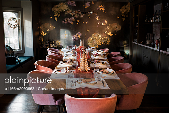 christmas dinner table set up with crackers and decorations - p1166m2090663 by Cavan Images