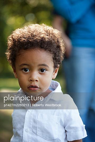 Portrait of preschool boy wearing white shirt looking at camera - p1427m2283213 by Roberto Westbrook