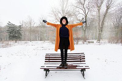 Frau genießt Freiheit in Winterlandschaft - p258m1200800 von Katarzyna Sonnewend