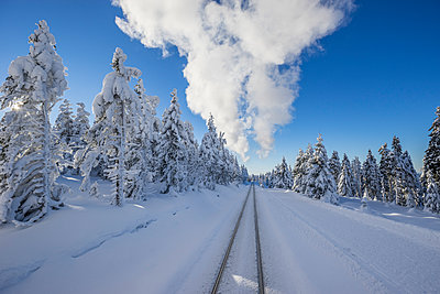Germany, Saxony-Anhalt, Harz National Park, Brocken, rail tracks of Harz Narrow Gauge Railway in winter, cloud of steam - p300m2062394 by Patrice von Collani