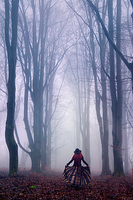 Woman in forest - p992m892670 by Carmen Spitznagel