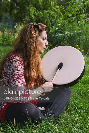 Schamanin in der Natur - p1540m2291476 von Marie Tercafs