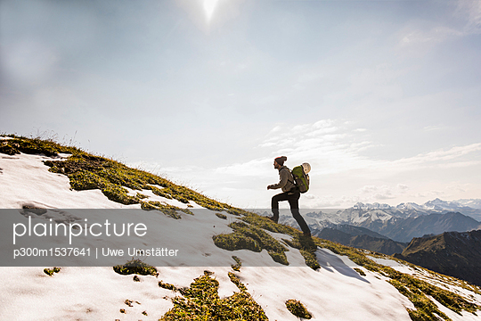 Germany, Bavaria, Oberstdorf, man walking up alpine meadow - p300m1537641 by Uwe Umstätter
