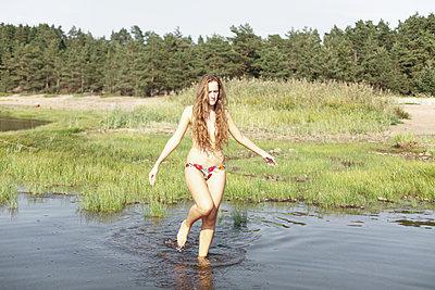 Girl at the shore - p1517m2057583 by Nikita Pirogov