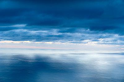 Meer mit stark bewölktem Himmel - p177m1031140 von Kirsten Nijhof