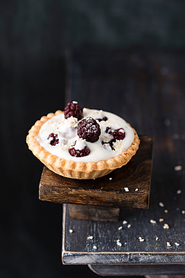 Tartlet with natural yoghurt filling, blackberries and popped amarant - p300m1505845 by Mandy Reschke