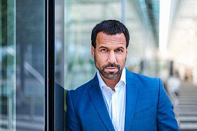 Portrait of businessman - p300m1587668 by Daniel Ingold