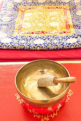 Singing bowl in meditation room - p300m2041666 by Christine Müller