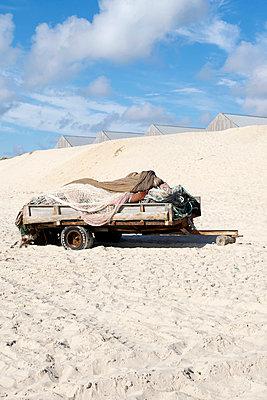 Fischernetze auf einem Anhänger - p451m919237 von Anja Weber-Decker