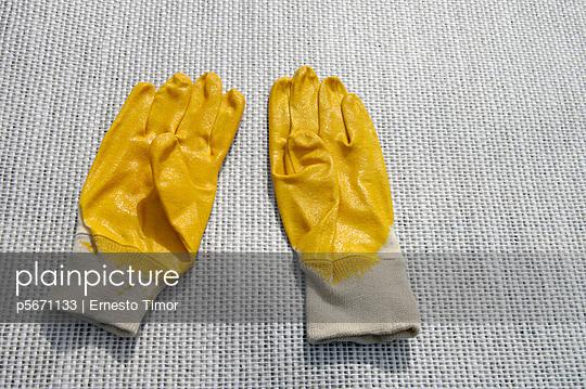 Gelbe Arbeitshandschuhe - p5671133 von Ernesto Timor