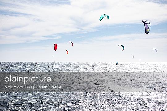 Kite-Surfen - p713m2215869 von Florian Kresse