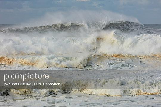 Brechende Wellen am Strand von Nazaré - p719m2081942 von Rudi Sebastian