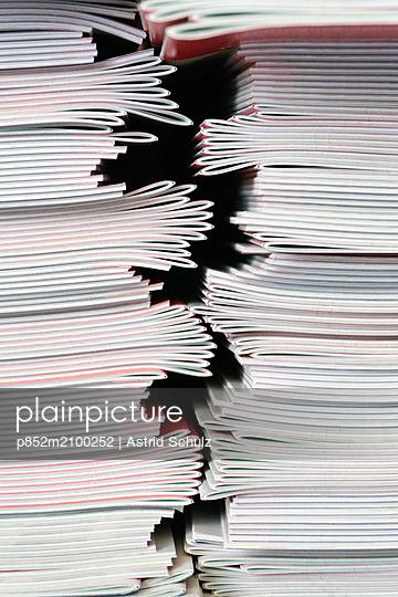 plainpicture - plainpicture p852m2100252 - Stacks of Booklets - plainpicture/Astrid Schulz