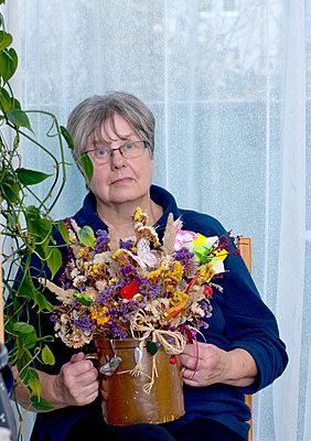 Frau mit Statize - p1279m1190555 von Ulrike Piringer