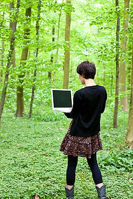 Frau im Wald - p4320239 von mia takahara