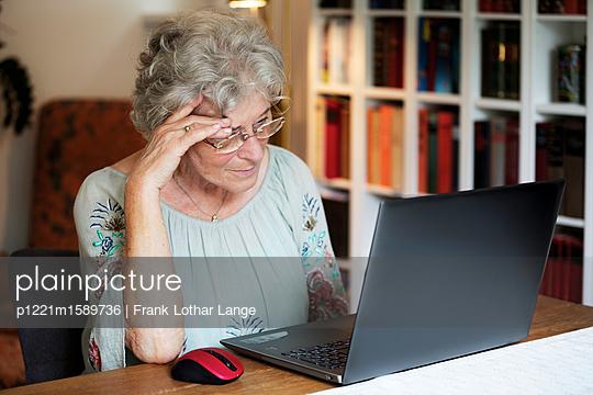 Ältere Frau am Laptop - p1221m1589736 von Frank Lothar Lange