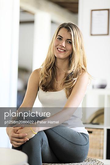 Young woman, portrait - p1258m2086622 by Peter Hamel