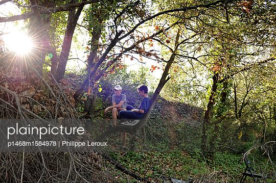 Zwei Jugendliche im Wald  - p1468m1584978 von Philippe Leroux