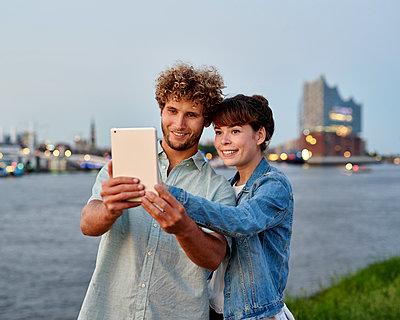 Paar macht Selfie mit Elbphilharmonie - p1124m1150187 von Willing-Holtz