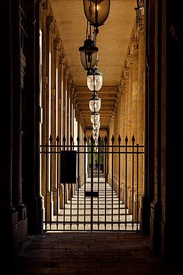 Palais Royal, arcades, Paris, France, shutdown due to Covid-19 - p1329m2177991 by T. Béhuret