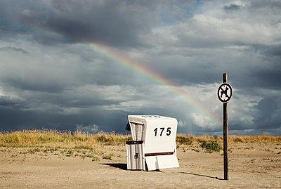 Strandkorb mit Regenbogen - p1574m2183656 von manuela deigert