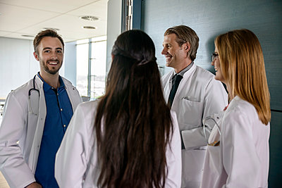 Male and female medical team discussing at hospital - p300m2273806 by Buero Monaco