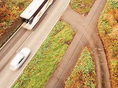 Cars on country road, aerial view - p586m1092029 by Kniel Synnatzschke