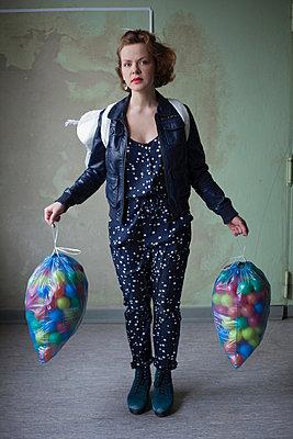 Frau mit Bällen - p906m946101 von Wassily Zittel