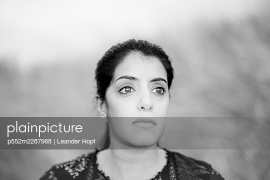 Portrait of black-haired woman - p552m2287968 by Leander Hopf