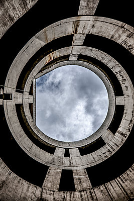 Futuristic building - p1228m1058103 by Benjamin Harte