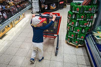 Little boy in supermarket - p1418m2015462 by Jan Håkan Dahlström