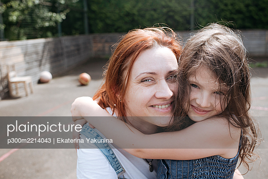 Mother and daughter spending leisure time together at back yard - p300m2214043 by Ekaterina Yakunina