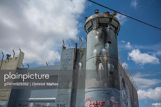 Grenzmauer in Bethlehem - p741m929352 von Christof Mattes
