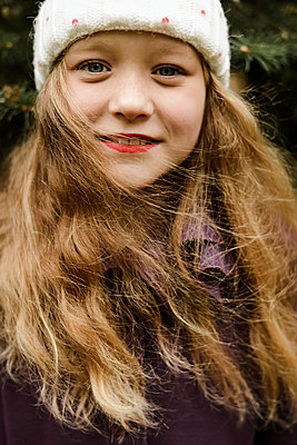 Portrait of a beautiful redhaired girl smiling at the camera. - p1166m2113098 by Cavan Images