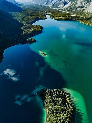 Farbenspiel am Muncho Lake in Kanada - p1455m2185533 von Ingmar Wein