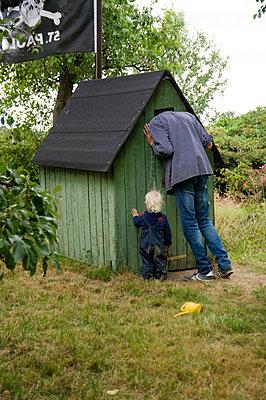 Holzhaus im Garten - p116m1592012 von Gianna Schade