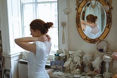 Young bride wearing wedding dress - p1315m1578908 by Wavebreak