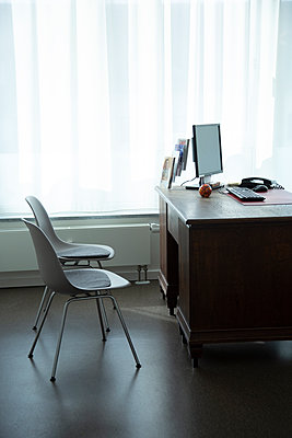 Doctor's office - p1650m2272238 by Hanna Sachau